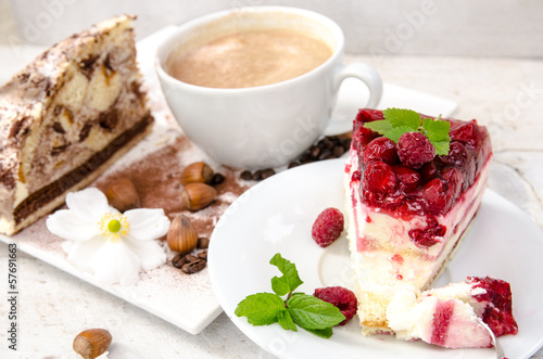 Kaffee-Kränzchen: Kuchen und Cappuccino genießen - 57691663