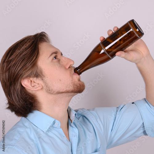 mann trinkt bier aus der flasche