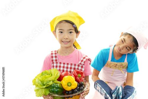 料理を楽しむ女の子