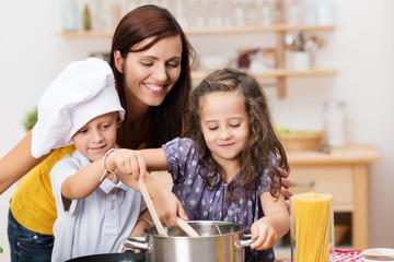 kinder haben spaß beim kochen
