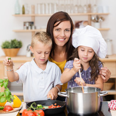 kinder kochen nudeln mit gemüse