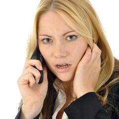 Frau zornig am Telefon