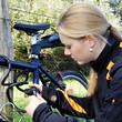 Radfahrerin mit Fahrrad-Schloss