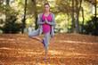Frau macht Yoga im Park