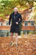 Sportlicher Mann im Herbst