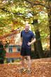 Sportlicher Mann joggt