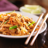 pad thai with chicken dish