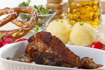 Bayerischer Schweinbraten mit Knödel