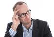 Skeptischer Manager in Anzug, Hemd und Brille