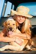 Junge Frau mit Labrador