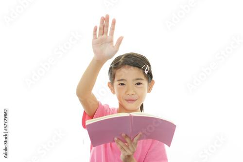 手を挙げる女の子