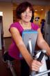 Frau beim Sport im Fitnesscenter