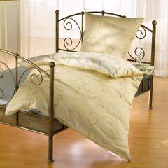 Metallbett mit Bettwäsche