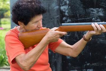 Oma mit dem Luftgewehr