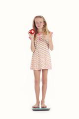 jeune fille se pesant avec pomme