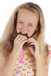 jeune fille mangeant tablette de chocolat