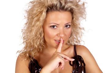 Blonde Frau hält Finger an die Lippen
