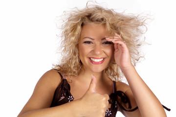 Lachende blond Frau mit Daumen hoch