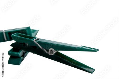 Freigestellte grüne Wäscheklammer im Detail
