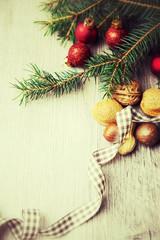 Zweig mit Christbaumschmuck und Nüssen