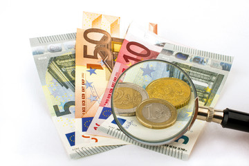 Euroscheine und Münzen unter der Lupe