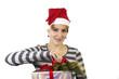 Junge Frau beim Weihnachtsgeschenke verpacken
