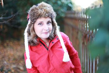 ältere Frau mit Winterjacke