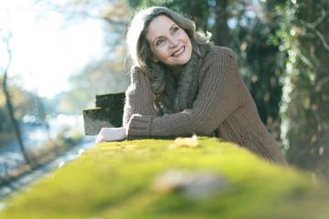 freundliche Frau im Park