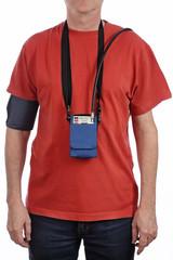 homme portant système d'enregistrement tension artérielle 24h