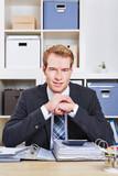 Geschäftsmann sitzt am Schreibtisch