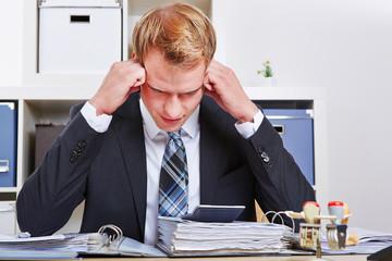Manager mit Burnout im Büro