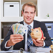 Geschäftsmann hält Sparschwein und Geldscheine