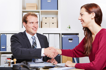 Frau schüttelt Berater die Hand