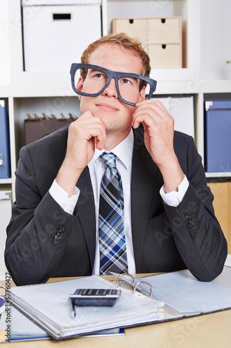 Nerd im Büro schaut nachdenklich