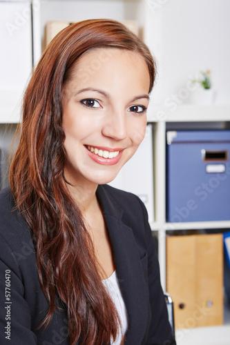 Junge Frau sitzt im Büro