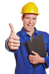 Handwerker hält Daumen hoch