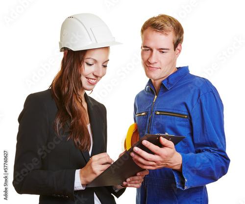 Arbeiter und Architektin mit Klemmbrett