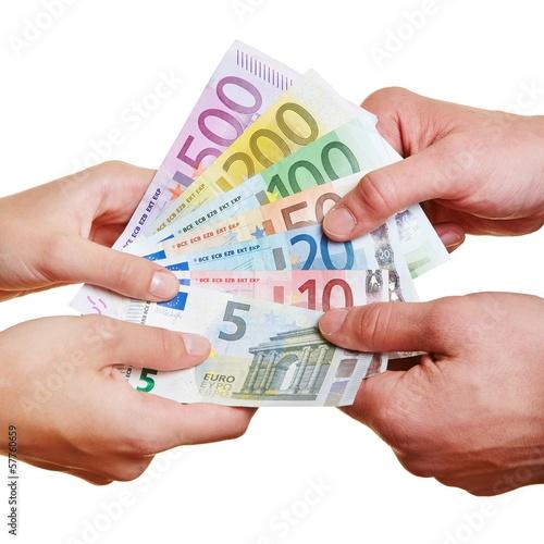 Hände ziehen an Geldscheinen