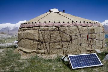 pannello solare davanti ad una tenda in cina