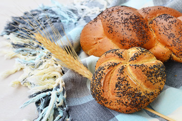 Kaiser roll and poppy seed braid