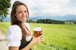 hübsche Bäuerin mit Bier