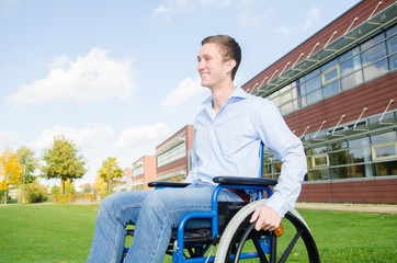 lächelnder Rollstuhlfahrer
