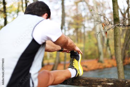 Junger Mann dehnt sich vor Sport