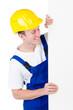 Bauarbeiter schaut auf Werbeschild
