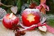 Adventskerze und Weihnachtsapfel