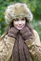 Jeune femme souriante se promenant en tenue d'hiver