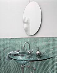 lavabo di vetro per un bagno moderno