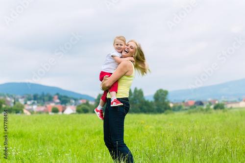 Mutter und Tochter auf einer Sommer Wiese
