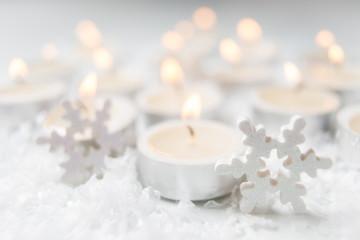 Teelichter mit Schnee