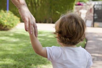Abuela llevando a su nieta de la mano